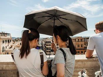 Na španělských schodech pod deštníkem