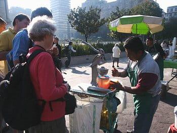 Mexický prodavač pomerančové šťávy