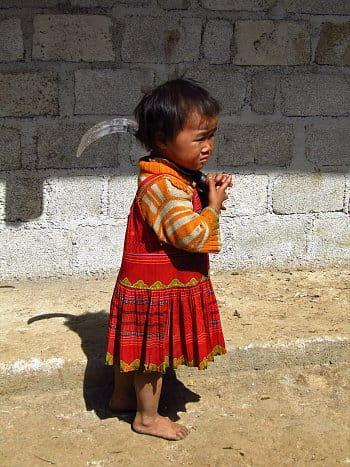 Nekonvenční hračka v rukou malé holčičky