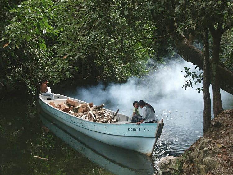 Místní do džungle pro dřevo a my turisté za lovem snímků