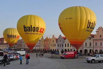Tři žluté balóny na startu své cesty