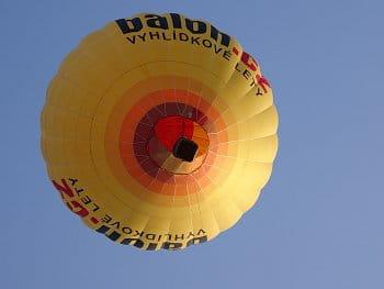 Žlutý balón nad námi