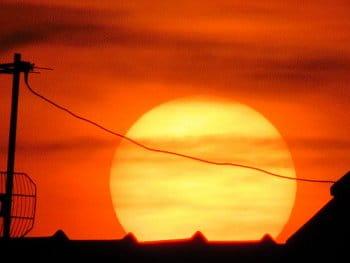 Slunce nad střechou