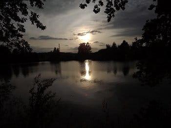 Slunce nad rybníkem