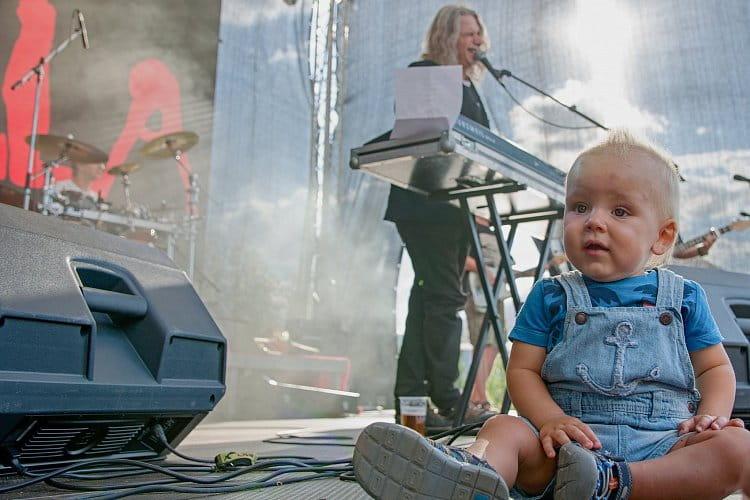 Malý fanoušek na koncertě