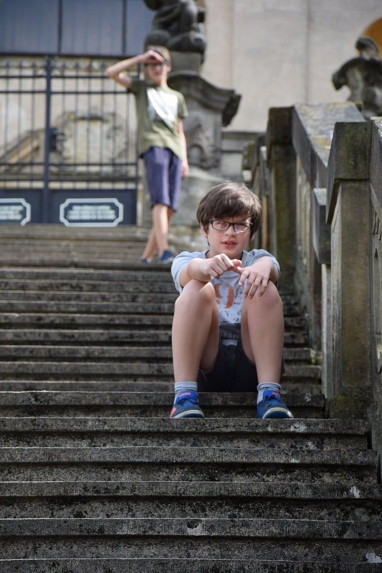 na schodech