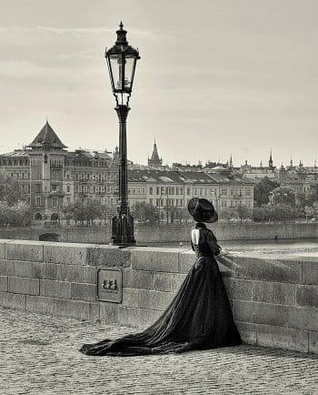 S úsměvem , přec sama stála . Byla v ní ještě noc , ale dnem už se zdála .