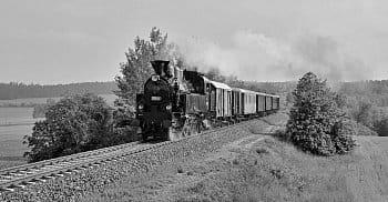 Louky a lesy voní , slunce přívětivě hladí po tváři a vše kolem je plné života . I vlaky přiváží pozdrav od jara . které je už skoro u našich dveří .