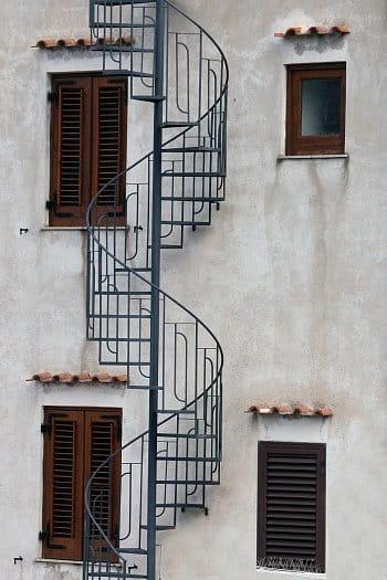schody mezi okny