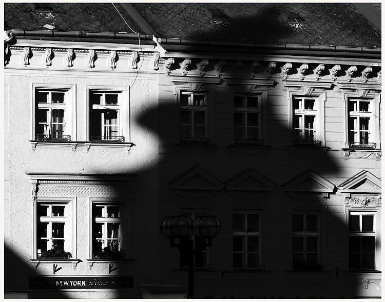 Pisa má šikmou, Hradec má křivou, ale na stínu