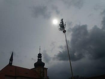 Májka a kostel