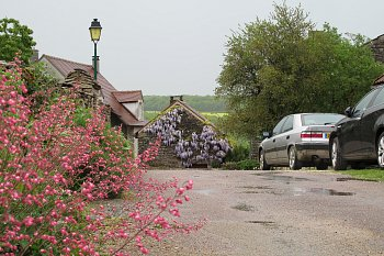 3 - Francie, rozkvetlé Chateauneuf-en-Auxois