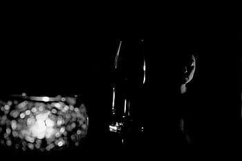 Klavíristka, víno, svíčka.