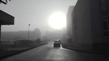 Mlhavé slunce nad poštou