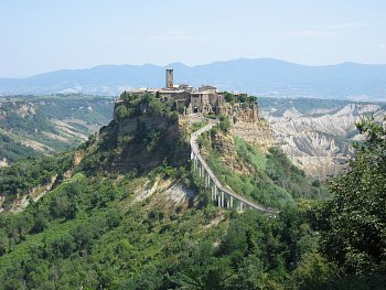 8 - osamocené staré město Bagnoregio, Itálie