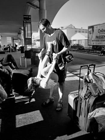 když má autobus zpoždění...tatínek si hraje z dcerkou