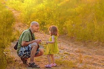 Tatínek s malou luční vílou