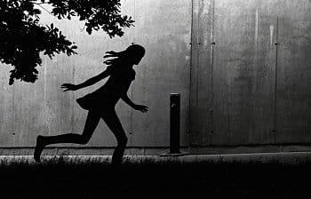 Běžící dívka...