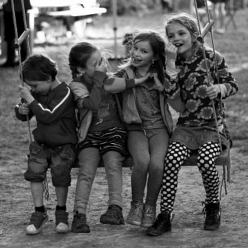 naše místní děti na houpačce