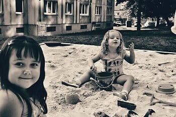 Dcerunka s kamarádkou na písku