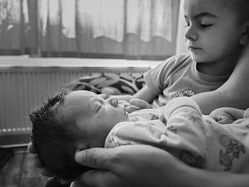 Zrodil se sourozenec