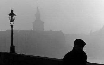 Mlha na Karlově mostě