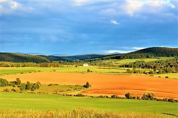 Výhled do polí a luk