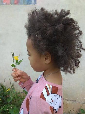 Dívenka s květinou