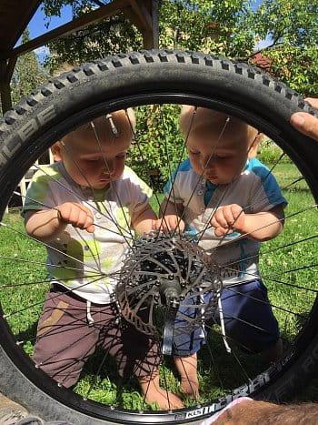 Dva bicyklisti