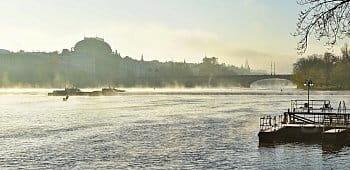 Mlhavé svítání u Vltavy