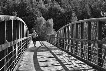 Na mostě.