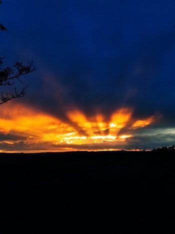 přemýšlení u západu slunce