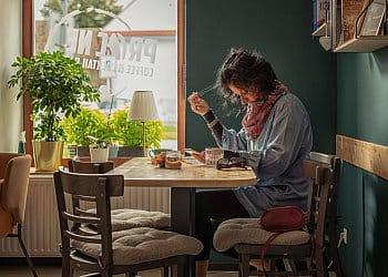 Žena v kavárně...